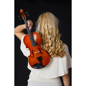フリー写真, 人物, 女性, 外国人女性, 後ろ姿, 黒背景, 金髪(ブロンド), 音楽, 楽器, 弦楽器, バイオリン(ヴァイオリン)