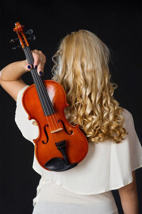 フリー写真 ヴァイオリンを持った女性の後ろ姿