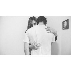 フリー写真, 人物, カップル, 恋人, 抱き合う, 二人, 背中, モノクロ, ブラジル人
