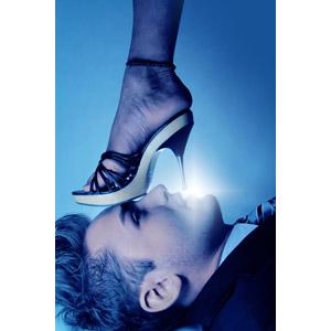 フリー写真, 人物, 男性, 外国人男性, 人体, 足, 横顔, ハイヒール, 靴(シューズ), サンダル, 踏む
