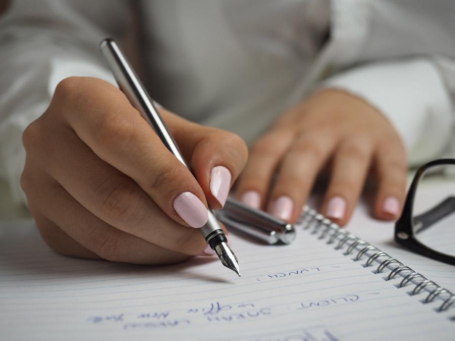 フリー写真 万年筆でノートに書き込む手