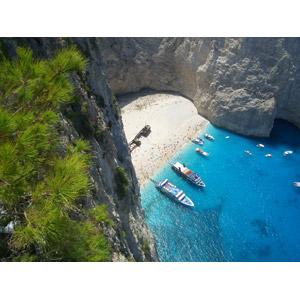 フリー写真, 風景, 人と風景, 海, ビーチ(砂浜), ギリシャの風景, ザキントス島, 海水浴, リゾート, バケーション, 人込み(人混み), 船, クルーザー, 崖