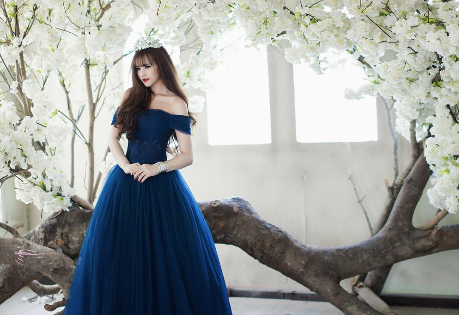 フリー写真 倒木と花と青いドレス姿の女性