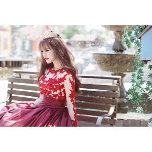 フリー写真, 人物, 女性, アジア人女性, 女性(00204), ベトナム人, ドレス, ティアラ, 王女(プリンセス), 座る(ベンチ)
