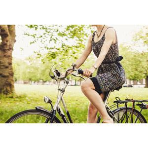 フリー写真, 人物, 女性, 人と乗り物, 自転車, 乗り物
