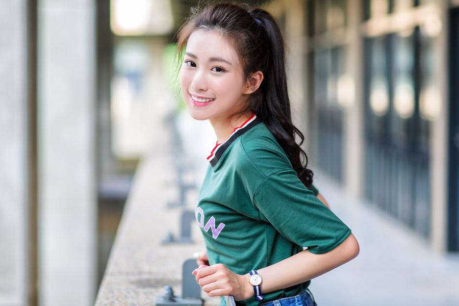 フリー写真 緑のTシャツを着た女性のポートレイト