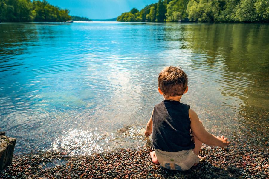 フリー写真 湖の前の男の子の後ろ姿