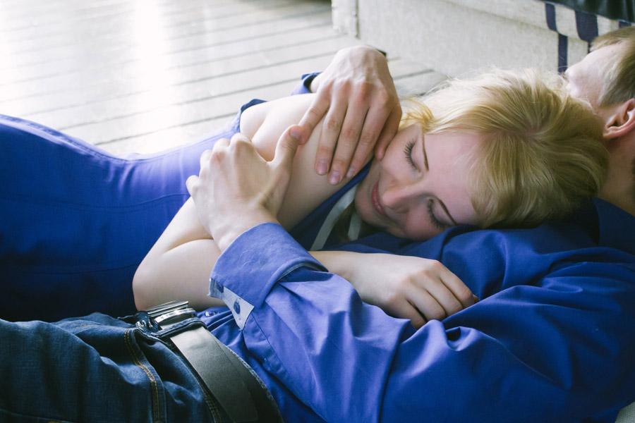フリー写真 彼氏の胸の上で眠る外国人女性