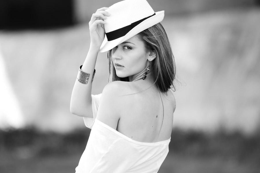 フリー写真 帽子を被って振り返る外国人女性