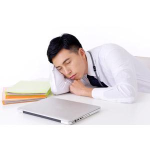 フリー写真, 人物, 男性, アジア人男性, 日本人, 男性(00016), 職業, 仕事, ビジネス, ビジネスマン, サラリーマン, ワイシャツ, 白背景, 突っ伏す, 寝る(寝顔), パソコン(PC), ノートパソコン, オフィス, サボる