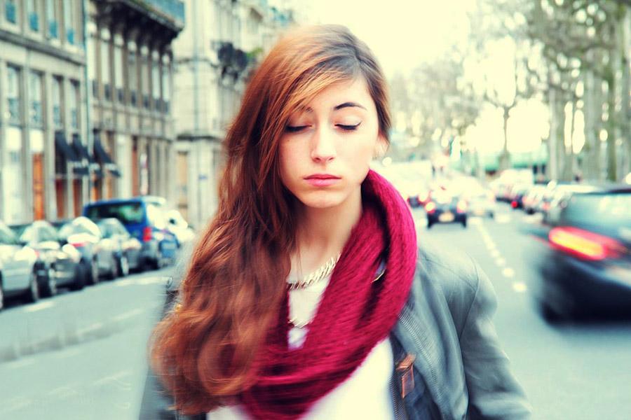 フリー写真 道路の真ん中で目を閉じる外国人女性