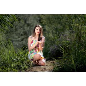 フリー写真, 人物, 女性, 外国人女性, 女性(00234), ルーマニア人, 人と花, しゃがむ, 草むら