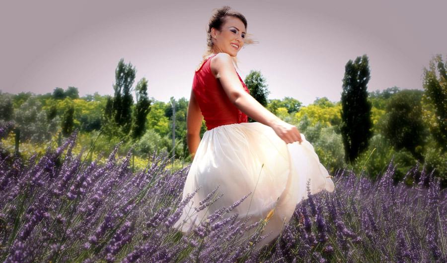 フリー写真 ラベンダー畑の中で回る外国人女性