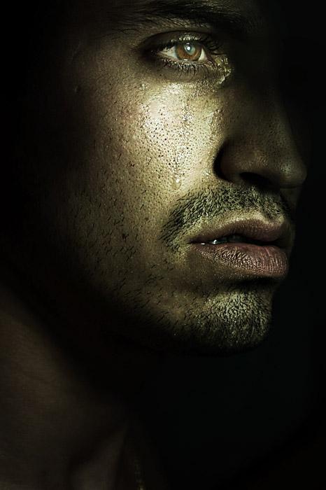 フリー写真 涙を流す外国人男性の顔のアップ
