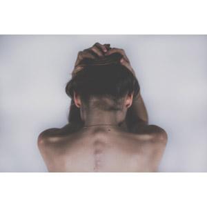フリー写真, 人物, 女性, 後ろ姿, 背中, 頭を抱える, 背骨, 落ち込む(落胆), 失望(絶望), 白背景