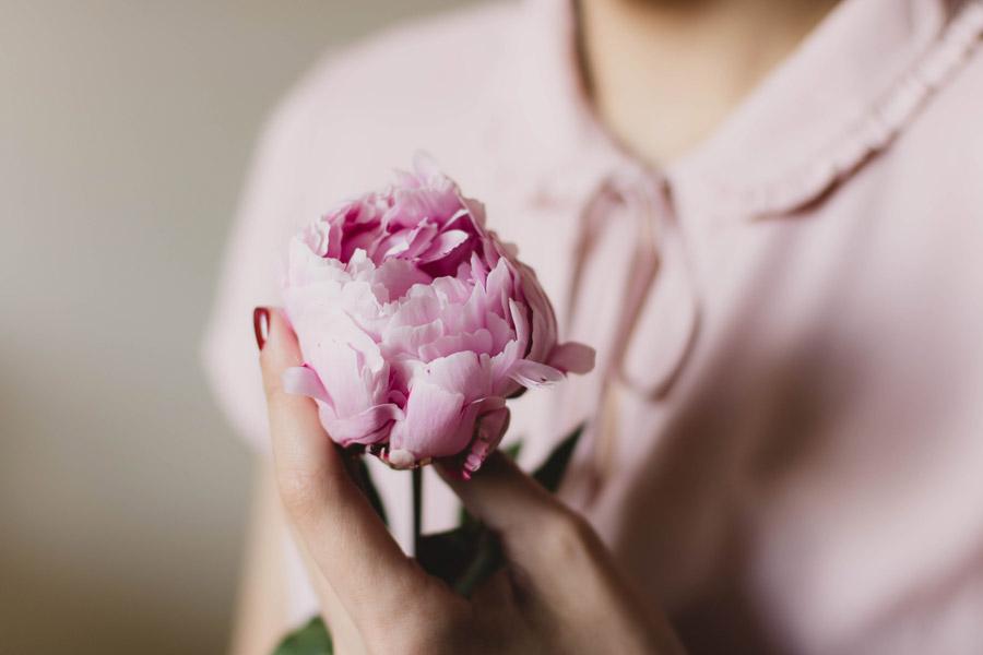 フリー写真 胸元にシャクヤクの花を持つ女性