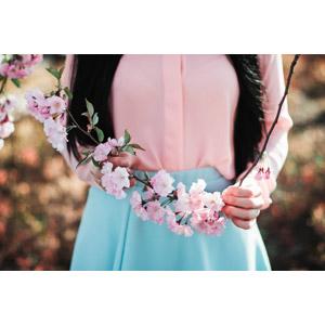フリー写真, 人物, 女性, 人と花, 植物, 花, ピンク色の花, 枝