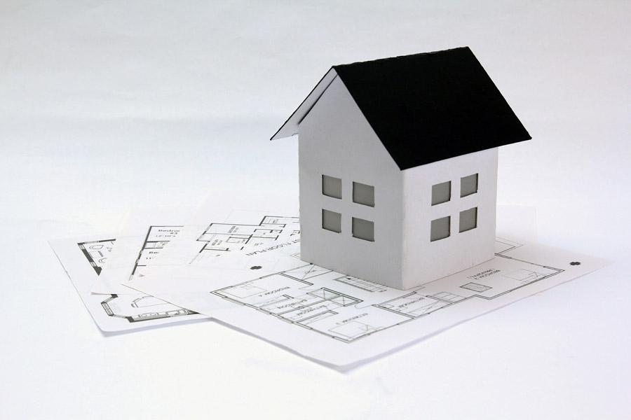 フリー写真 設計図と家の模型