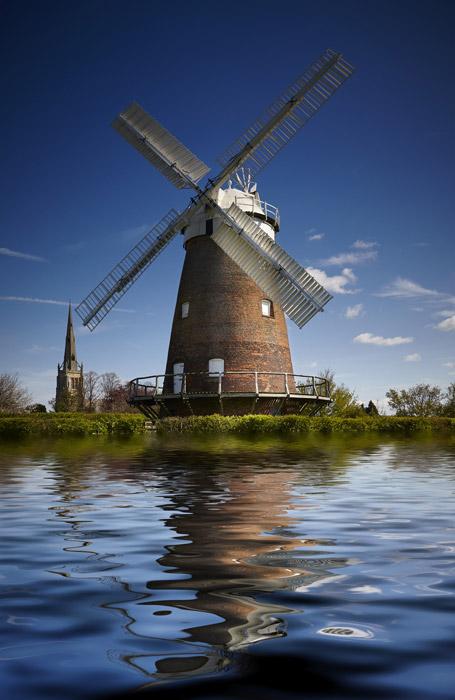 フリー写真 川岸に立つ風車