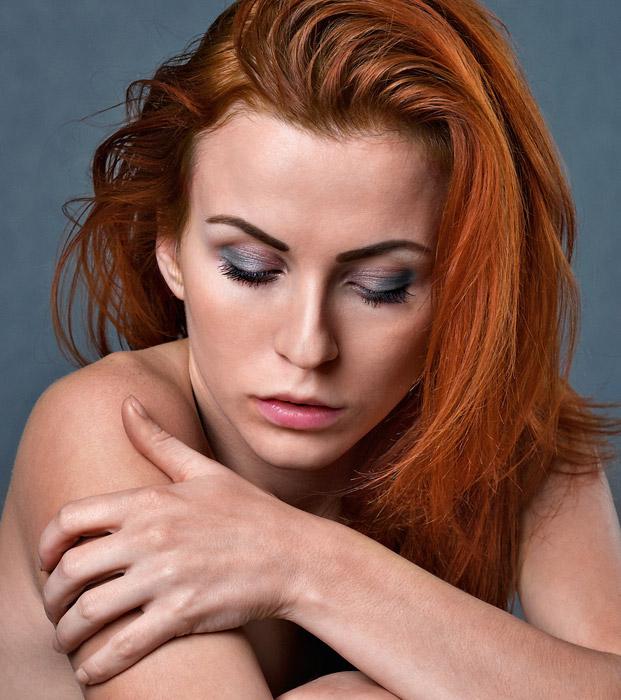 フリー写真 目を閉じる外国人女性の顔のアップ