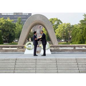 フリー写真, 人物, バラク・オバマ, 安倍晋三, 政治家, 内閣総理大臣, アメリカ合衆国大統領, 握手, 広島平和記念公園, 広島県, 二人