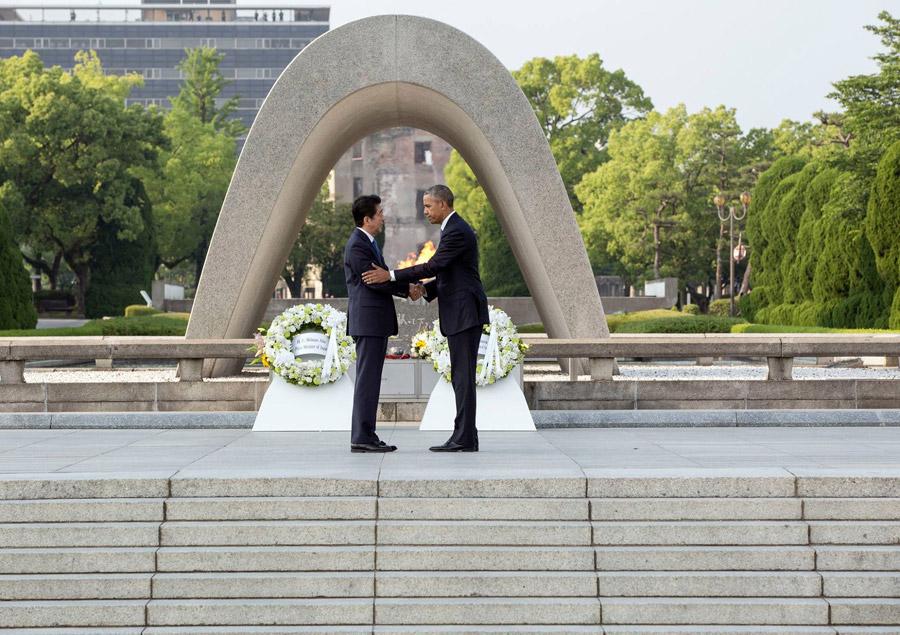 フリー写真 広島平和記念公園で握手する安倍晋三首相とオバマ大統領