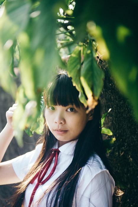 フリー写真 木の葉っぱと女子学生