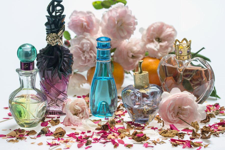 フリー写真 バラの花と香水