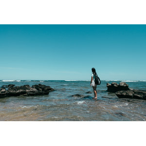 フリー写真, 風景, 海, 海岸, 岩, 人と風景, 女性, リュックサック(ナップサック), 青空