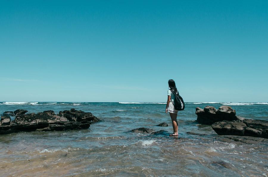 フリー写真 海岸の岩の上に立つ女性