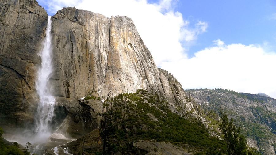 フリー写真 岩山から流れ落ちるヨセミテ滝の風景