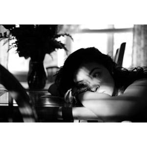 フリー写真, 人物, 女性, 外国人女性, 突っ伏す, 憂鬱, モノクロ