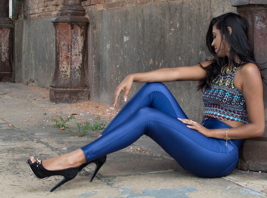 フリー写真 レギンス姿で地面に座る外国人女性