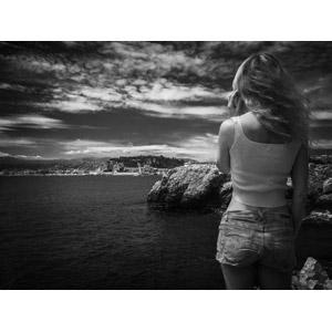 フリー写真, 人物, 女性, 外国人女性, 後ろ姿, 崖, 海岸, 海, 眺める, モノクロ, 金髪(ブロンド)