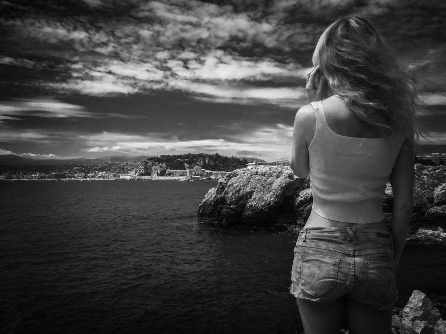 フリー写真 崖の上に立つ外国人女性の後ろ姿