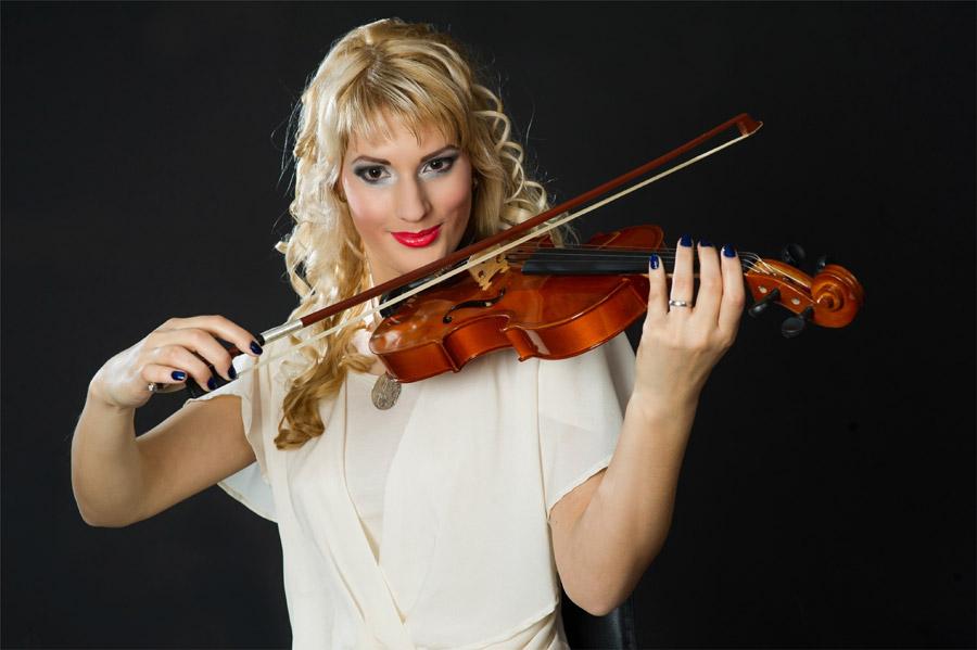 フリー写真 バイオリンを弾く金髪の外国人女性