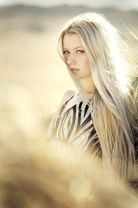 フリー写真 ブロンドヘアの外国人女性のポートレイト