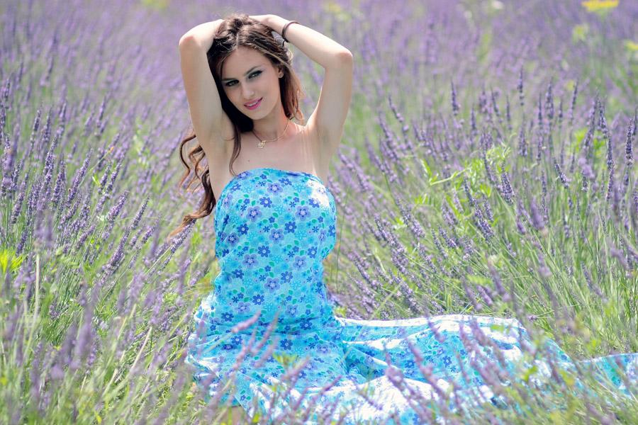 フリー写真 ラベンダー畑に座る外国人女性のポートレイト