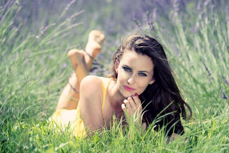 フリー写真 ラベンダー畑で腹這い姿の外国人女性