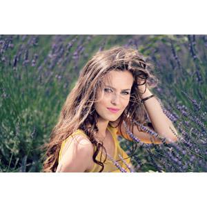 フリー写真, 人物, 女性, 外国人女性, 女性(00195), ルーマニア人, 人と花, 植物, 花, ラベンダー, 紫色の花, 花畑, 頭に手を当てる