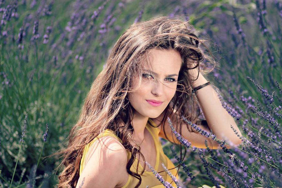 フリー写真 ラベンダー畑で頭に手を当てる外国人女性
