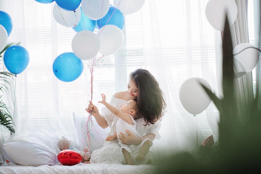 フリー写真 風船と母親と赤ちゃん