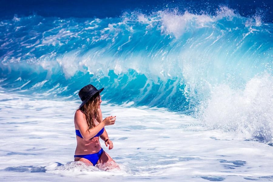 フリー写真 水着姿の女性の前に現れる波