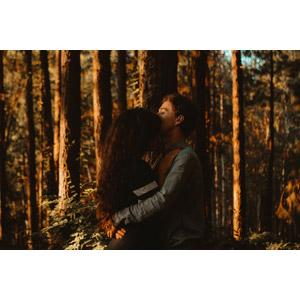 フリー写真, 人物, カップル, 恋人, 愛(ラブ), 抱き合う, ブラジル人, 人と風景, 森林, 三人