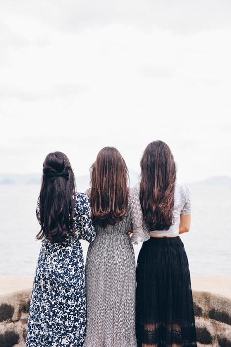 フリー写真 海を眺めている三人の女性の後ろ姿