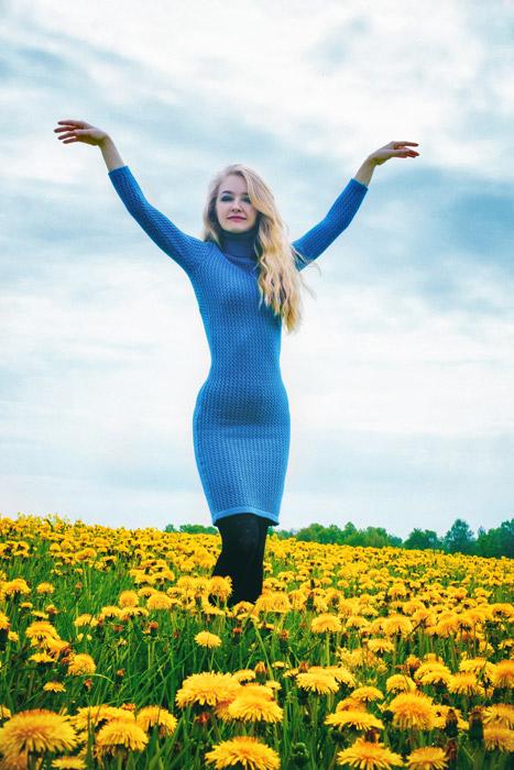 フリー写真 花畑で手を羽のように広げる外国人女性
