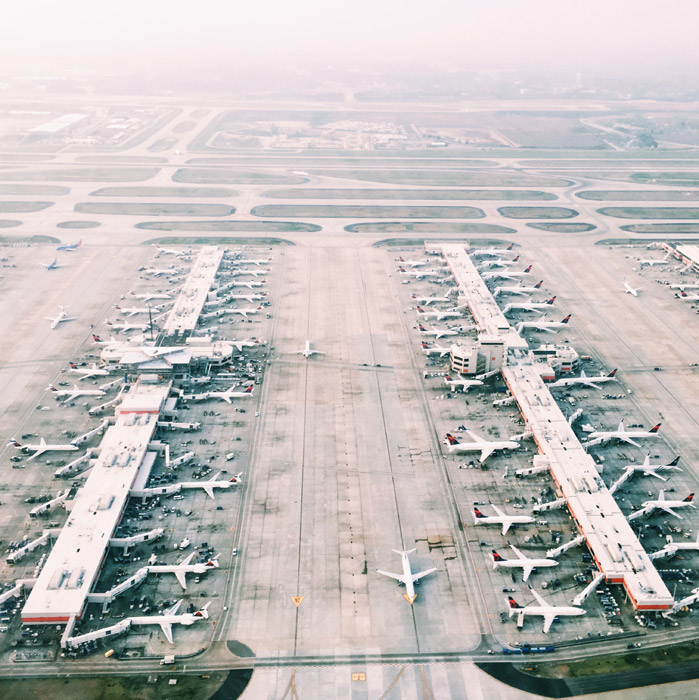フリー写真 旅客機とターミナルビルの空港の風景