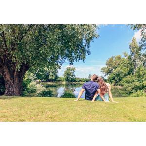 フリー写真, 人物, カップル, 恋人, 愛(ラブ), 座る(地面), 後ろ姿, 人と風景, 湖