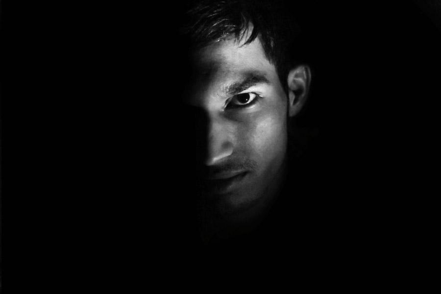 フリー写真 黒背景と男性の顔