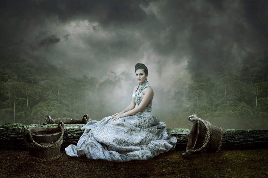 フリー写真 雲のかかる森の木々とドレス姿の女性